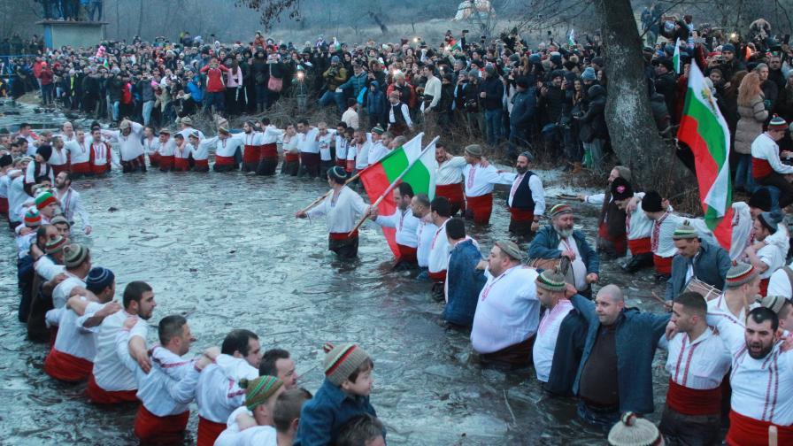 <p>Калоферци влязоха в ледената Тунджа, за първи път само местни</p>