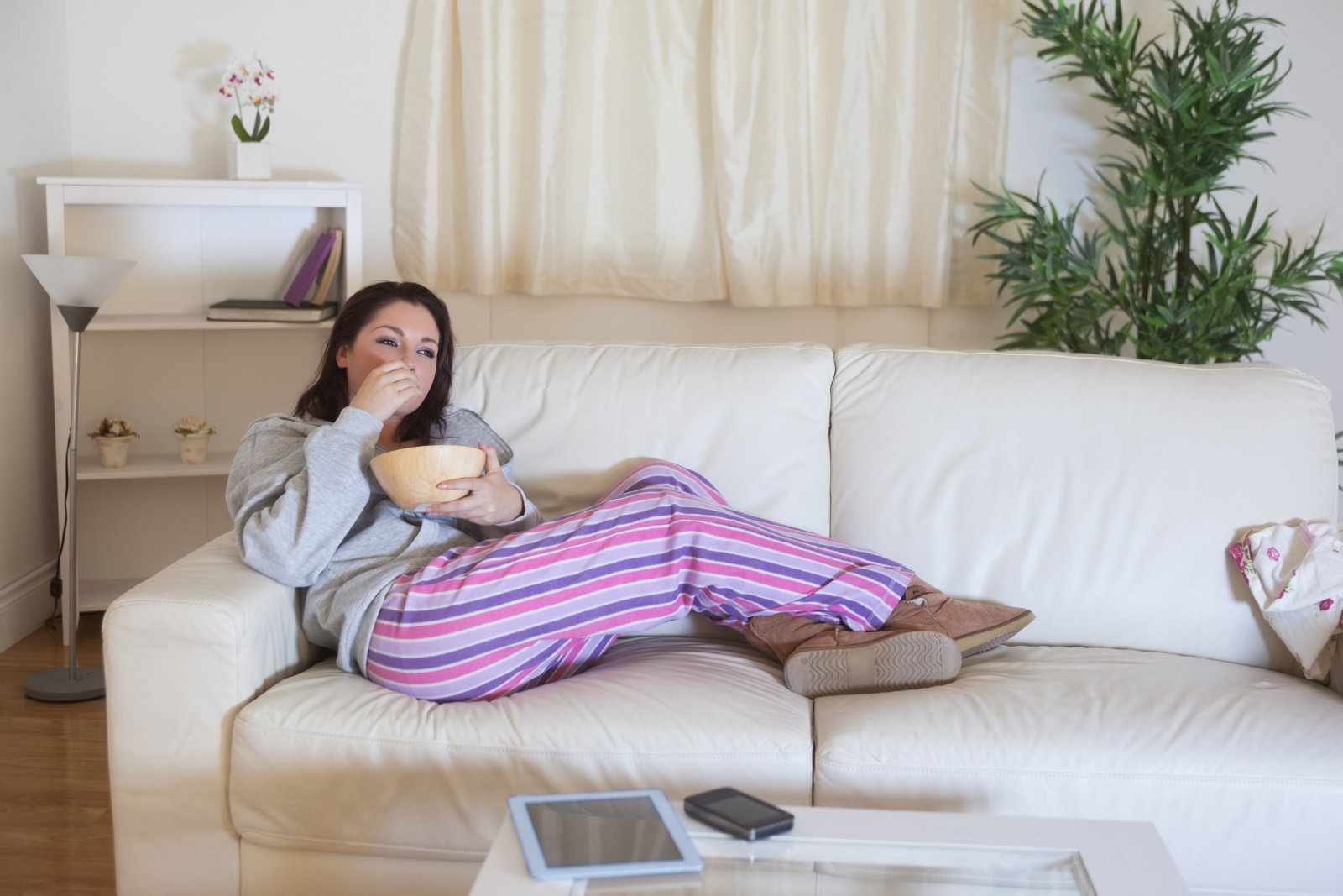 Вечерните навици: Изключвайки телевизора 20 минути по-рано от обикновено преди да заспите си осигурявате повече време за почивка на мозъка и тялото. Не е тайна, че синята светлина от технологиите пречи на добрия сън. Изключете телевизора, лаптопа и оставете телефона 20-30 минути по-рано, за да спите пълноценно през нощта.
