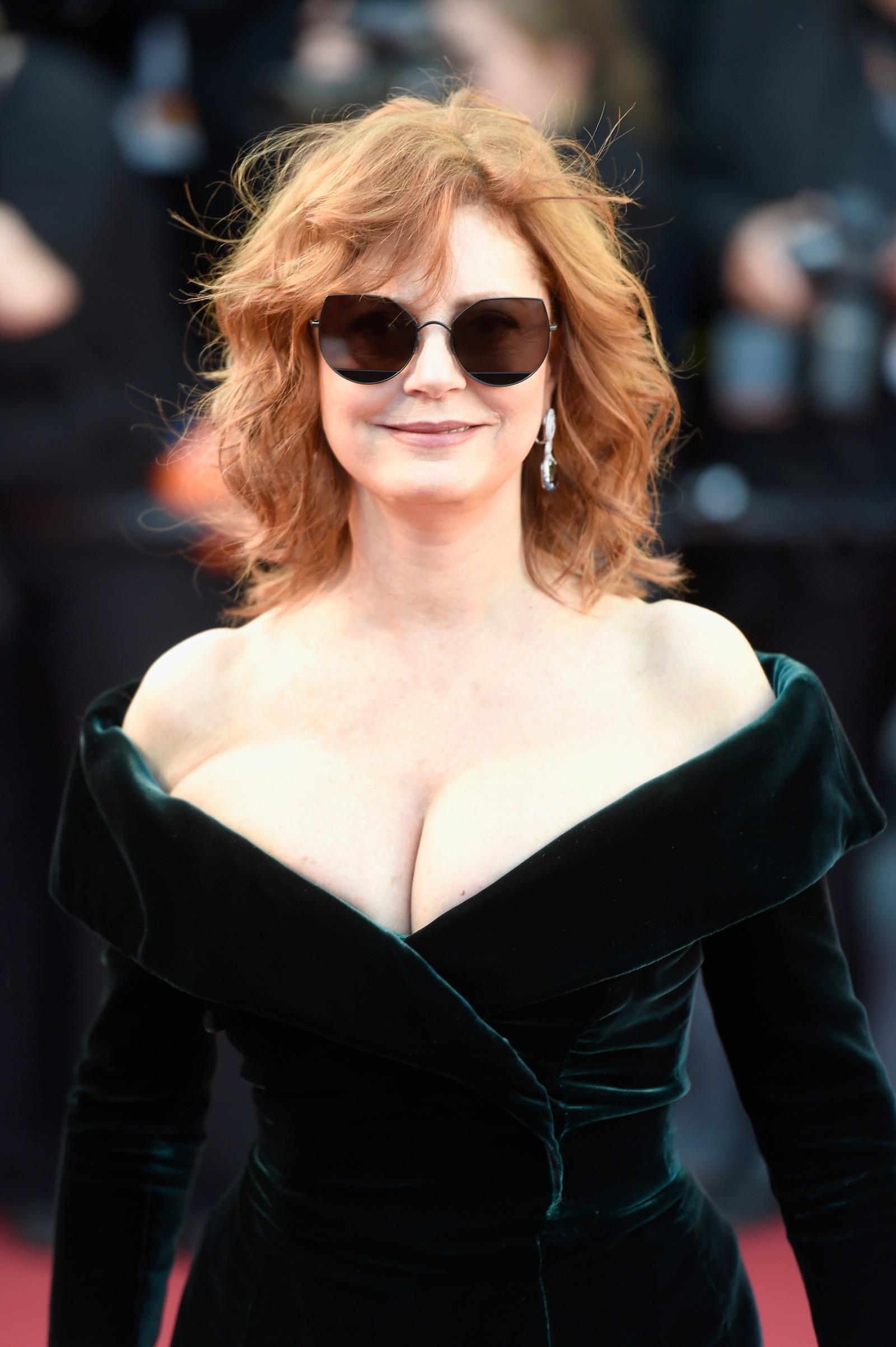 Две последователни години (2016 и 2017) Сюзън Сарандън буквално обра точките с появяването си на червения килим на Филмовия фестивал в Кан. С рокли подчертаващи извивките ѝ, висока цепка и голямо деколте, 72-годишната актриса демонстрира увереност и форма, на която много жени биха завидели.