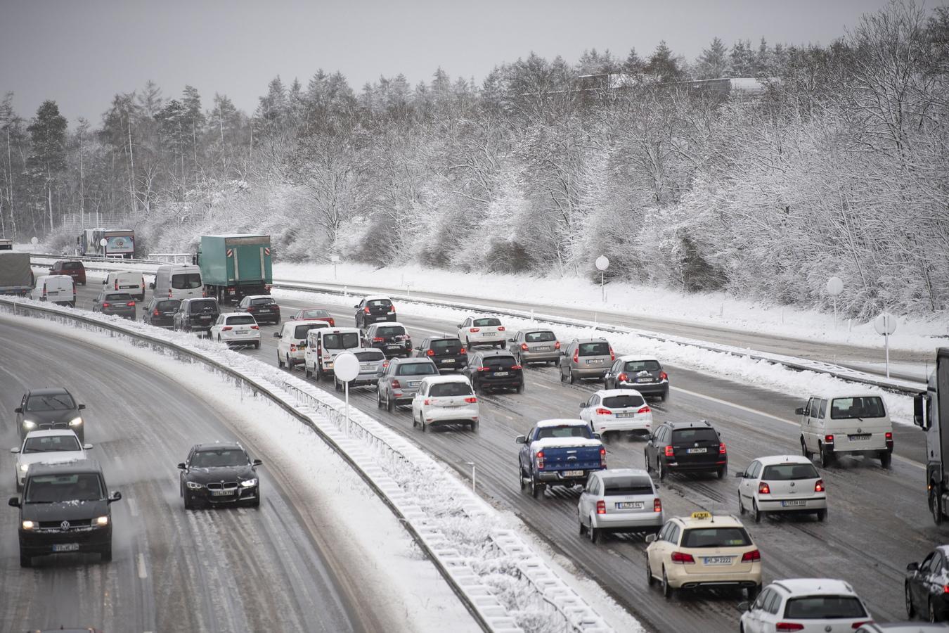 Силни снеговалежи затрудняват транспорта в южна Германия