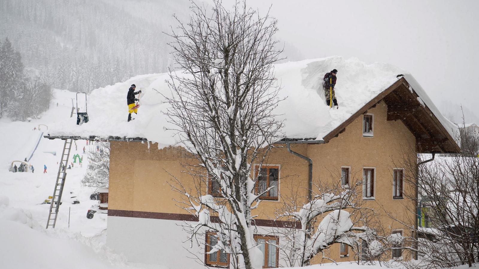 Хората са съветвани да чистят снега от покривите на къщите си, след като няколко сгради рухнаха.