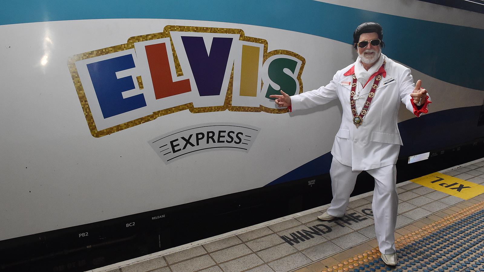 """Официалният му старт е, когато т.нар. влак """"Елвис Експрес"""" пристигне на гарата в Паркс от Сидни. На него пътуват стотици хора, облечени в стила на Краля. В Паркс те биват посрещнати от местни и туристи, а на гарата се пускат само песни на Елвис."""