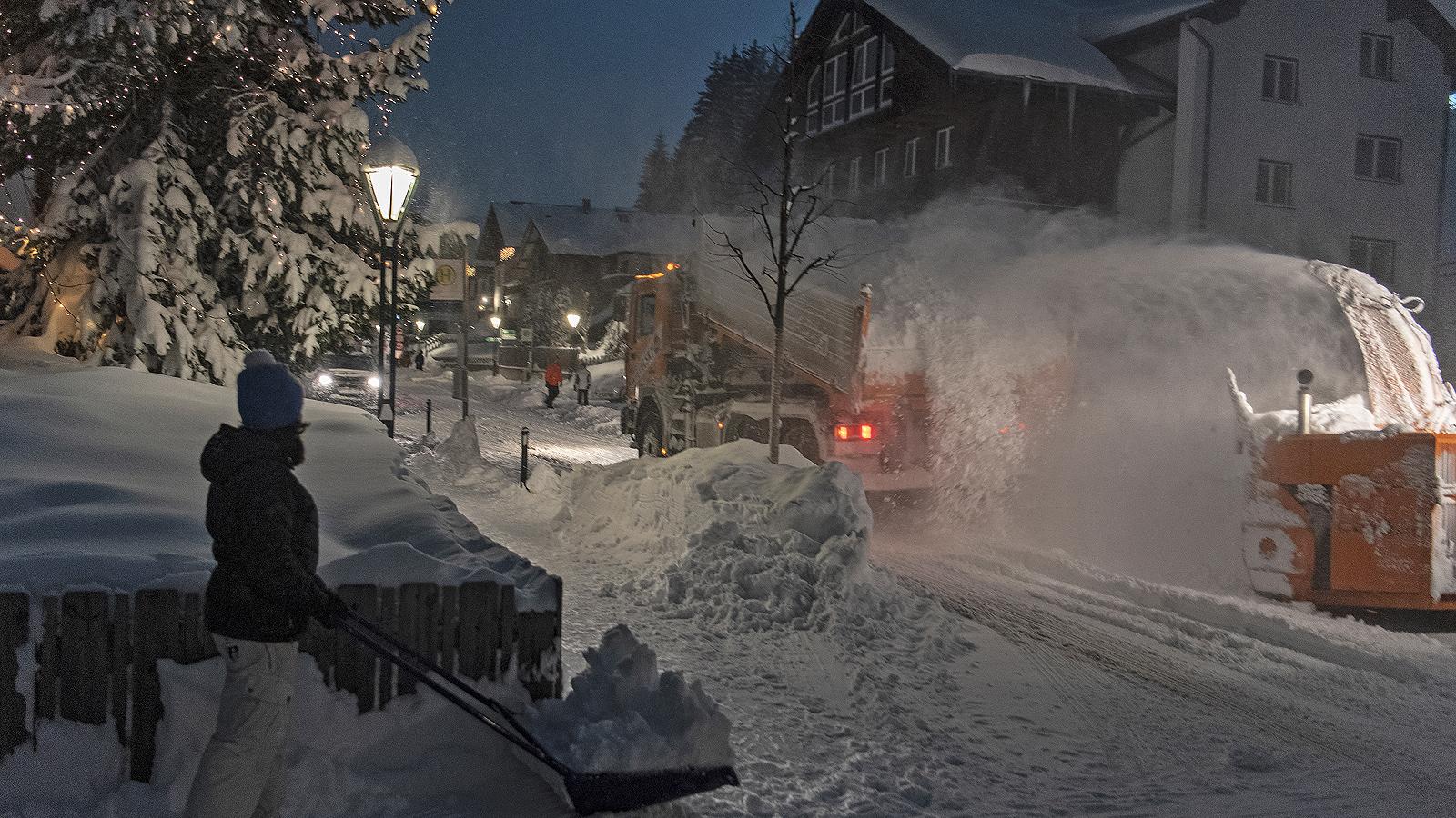 Около три метра сняг е паднал в австрийския курорт Санкт Антон Ам Арлберг в последните няколко дни и допълнителен метър сняг се очаква да падне в близките, споделиха от Австрийската федерация.