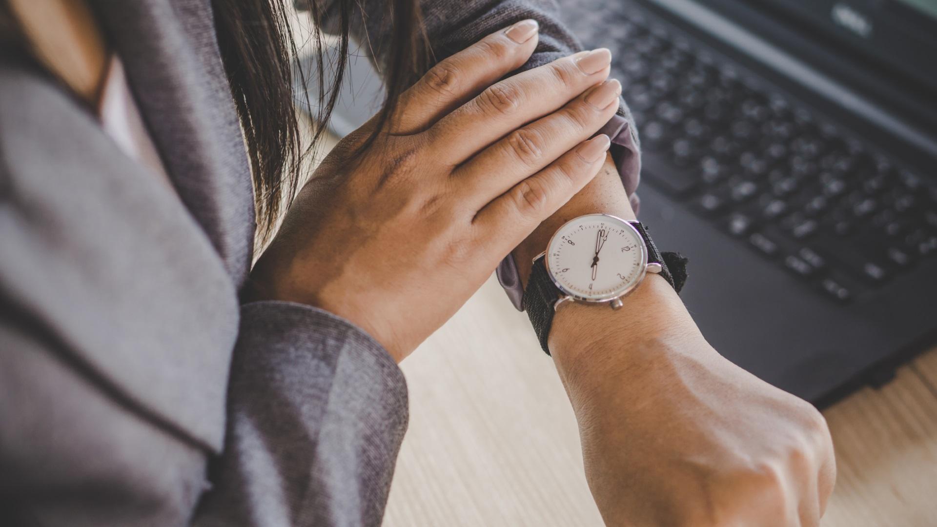 Погледнете часовника<br /> <br /> Следващия път, когато ви се прияде нещо вредно, погледнете часовника. Ако е 15 – 16 ч., разберете, че това е времето когато кортизолът ви дреме и ви кара да се чувствате уморени. Вместо да потърсите нещо сладко, излезте на слънце, раздвижете се и вземете лека закуска с въглехидрати и мазнини или въглехидрати и протеини.