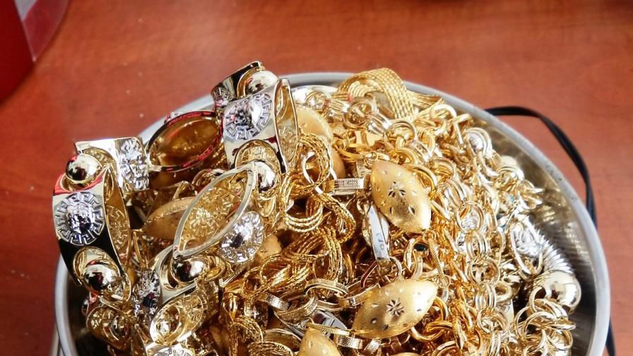 <p>Заловиха контрабандни златни накити за над <strong>100 000&nbsp;</strong></p>