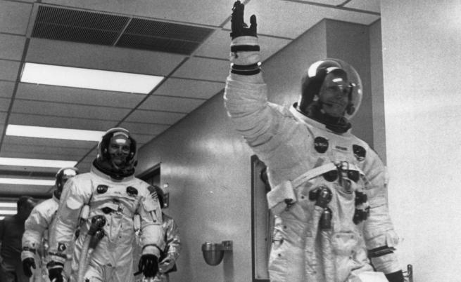 Оставил ли е Армстронг тази гривна на Луната