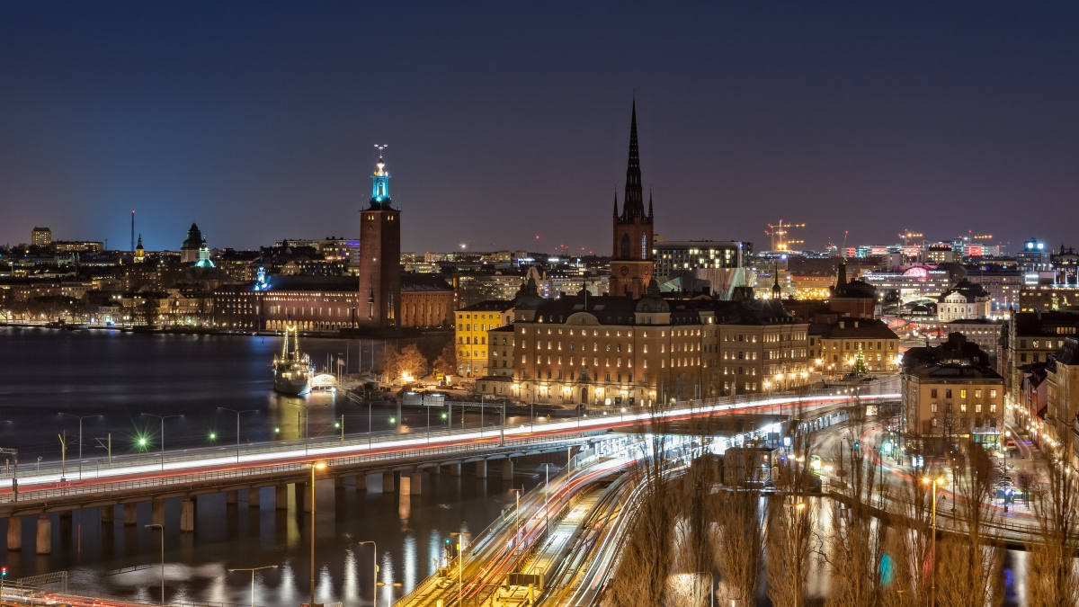 Стокхолм, Швеция. Там светлата част на деня е цели 6 часа и 5 минути,