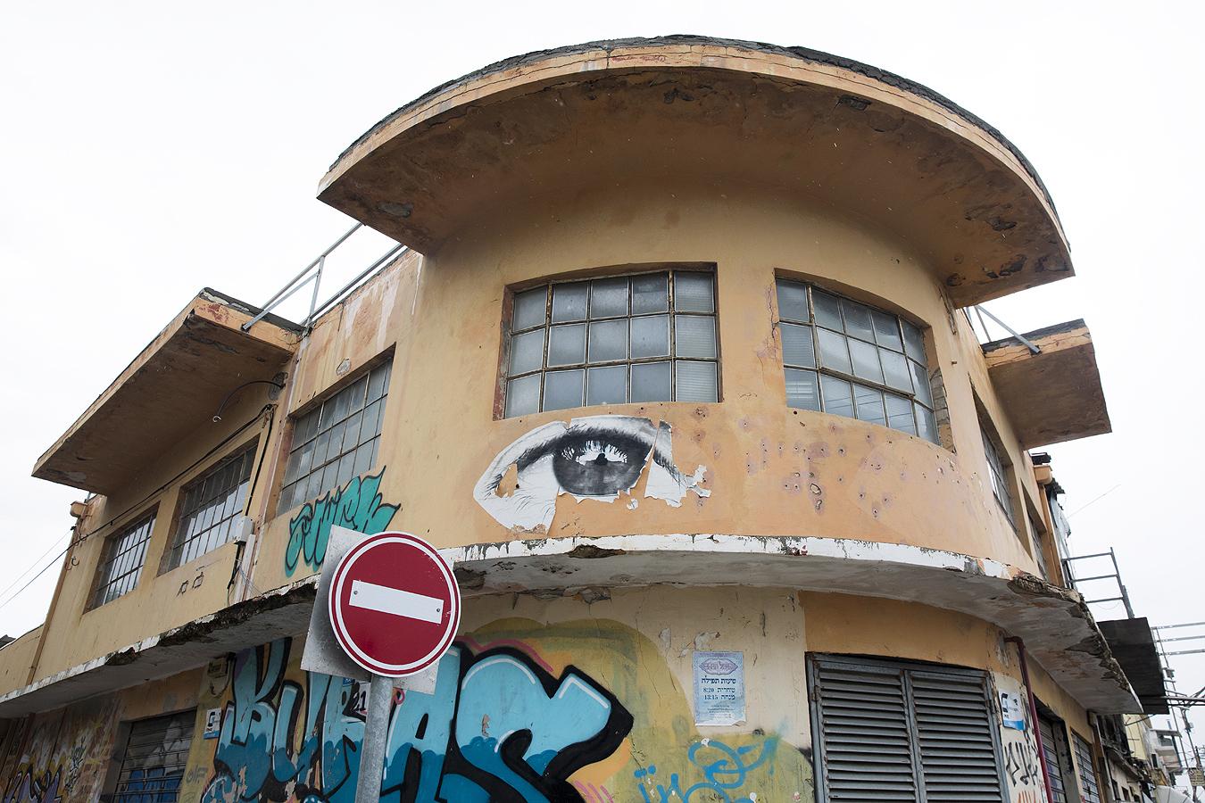 След като голяма част от сградите са били оставени да се влошат, общинското правителство на Тел Авив приема през 2009 г. закон за обновяване на около 1000 къщи.