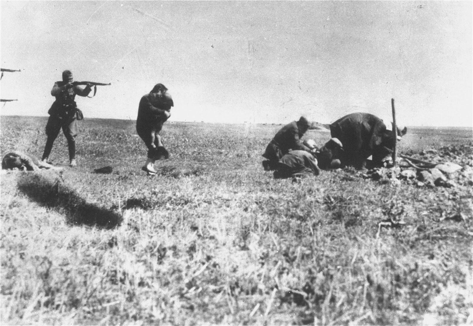 """Екзекуция на киевски евреи от немски военни през 1942 г. близо до Иваноград, Украйна. Прочетете цялата история тук: <a href=""""https://www.vesti.bg/lyubopitno/edna-ot-naj-vyzdejstvashtite-kartini-na-holokosta-6059932"""">Една от най-въздействащите и убедителни картини на Холокоста</a>"""