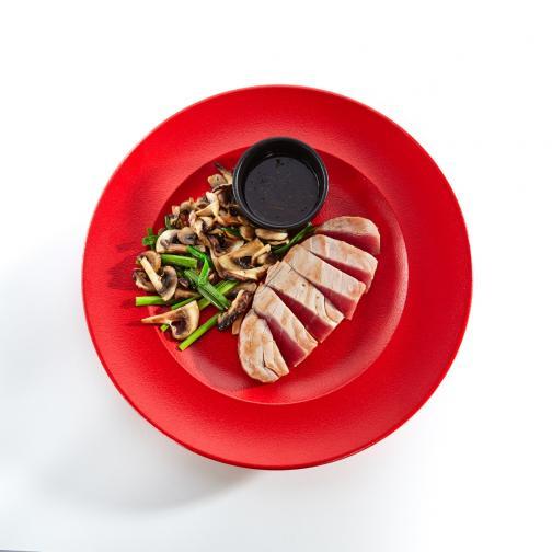 Яжте в червена чиния. Експеримент показва, че хората пият по-малко и ядат в по-малки количества, когато им се сервира в червени чаши и чинии. Според учените това може да се дължи на факта, че червеното действа на подсъзнанието като знак