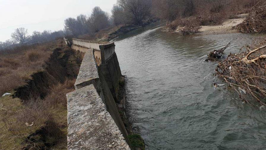 <p>Бедствено положение в Катуница заради скъсана дига</p>