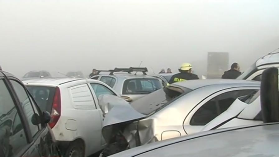 <p>Страшна верижна катастрофа край Сандански, жертва и ранени</p>