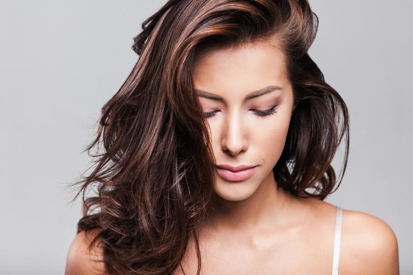 <p><strong>За нормална коса: през ден</strong></p>  <p>Това название не е най-коректното, но се приема, ако косата ви не е нито тънка, нито гъста, къдрава, или мазна. Щом е някъде по средата, може да използвате шампоан, който не е предназначен за някой от останалите типове. Мийте я с шампоан без тежки сулфати в съдържанието му и не по-често от през ден.</p>