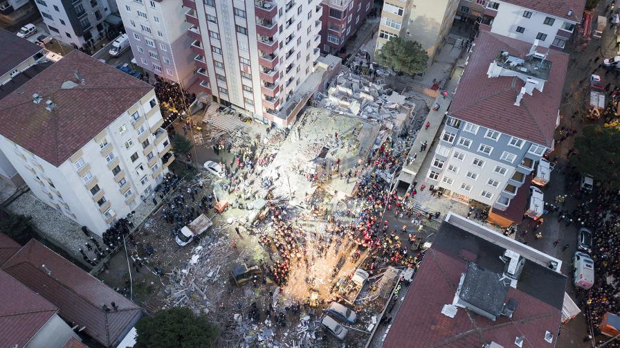 Осеметажен жилищен блок се е срутил в квартал