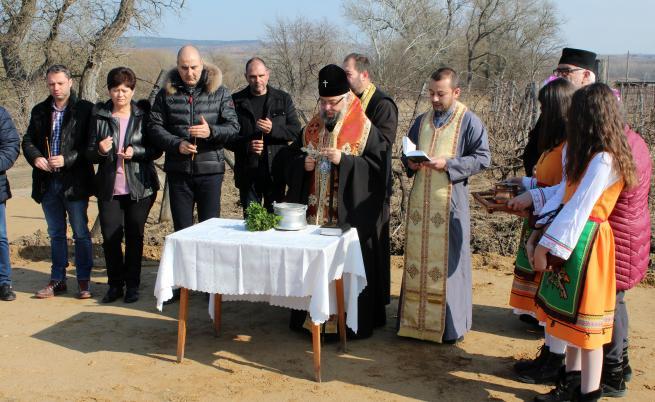 Цветан Цветанов участва в традиционното зарязване на лозовите масиви в Харманли