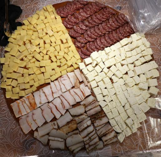 За трета поредна година жители и гости на Широка лъка се насладиха на апетитни месни и млечни мезета, направени от местните производители.
