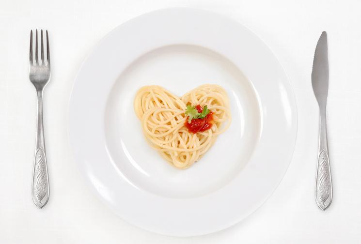 Предложението ни за обяд е традиционна италианска паста. За по-здравословен вариант изберете пълнозърнеста. Ключът във варенето на пастата е да добавите сол във врящата вода. Не я преварявайте, за да получите автентичен вкус. Доматената паста може да е готова от магазина, но за да избегнете палмовата мазнина вземете белени домати в консерва и ги минете през миксера. Сервирайте с няколко маслини, пресен босилек, зехтин и настърган пармезан.