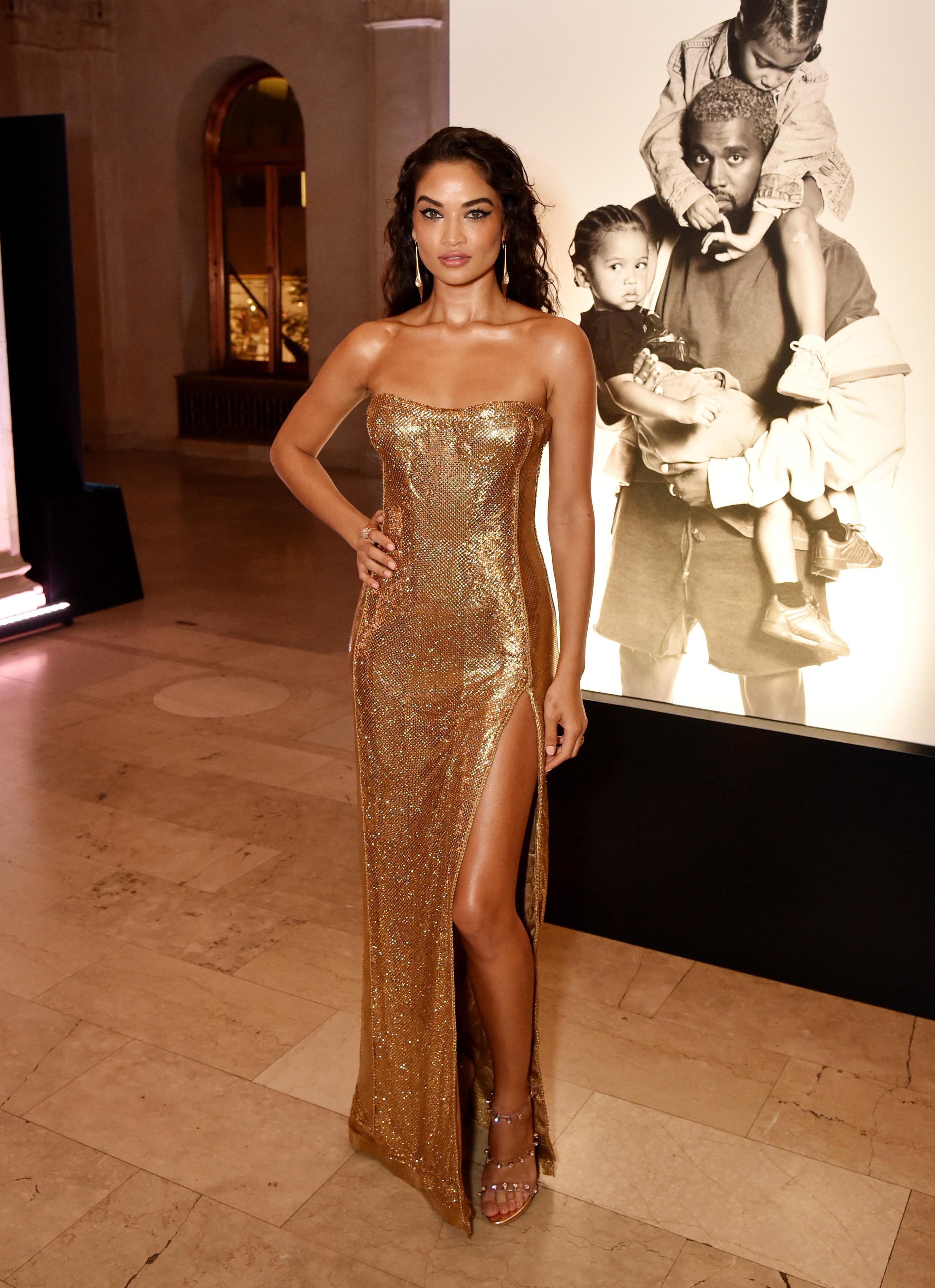 """Шанина Шейк е едно от най-атрактивните лица в редиците на Victoria's Secret. Моделът от латвийски произход се присъединява към """"Ангелите"""" през 2012 г., след като два пъти се явява на кастинг без успех. Именно с участието си в първото шоу на известната марка за бельо, Шейк предизвиква интереса на медиите и не само."""