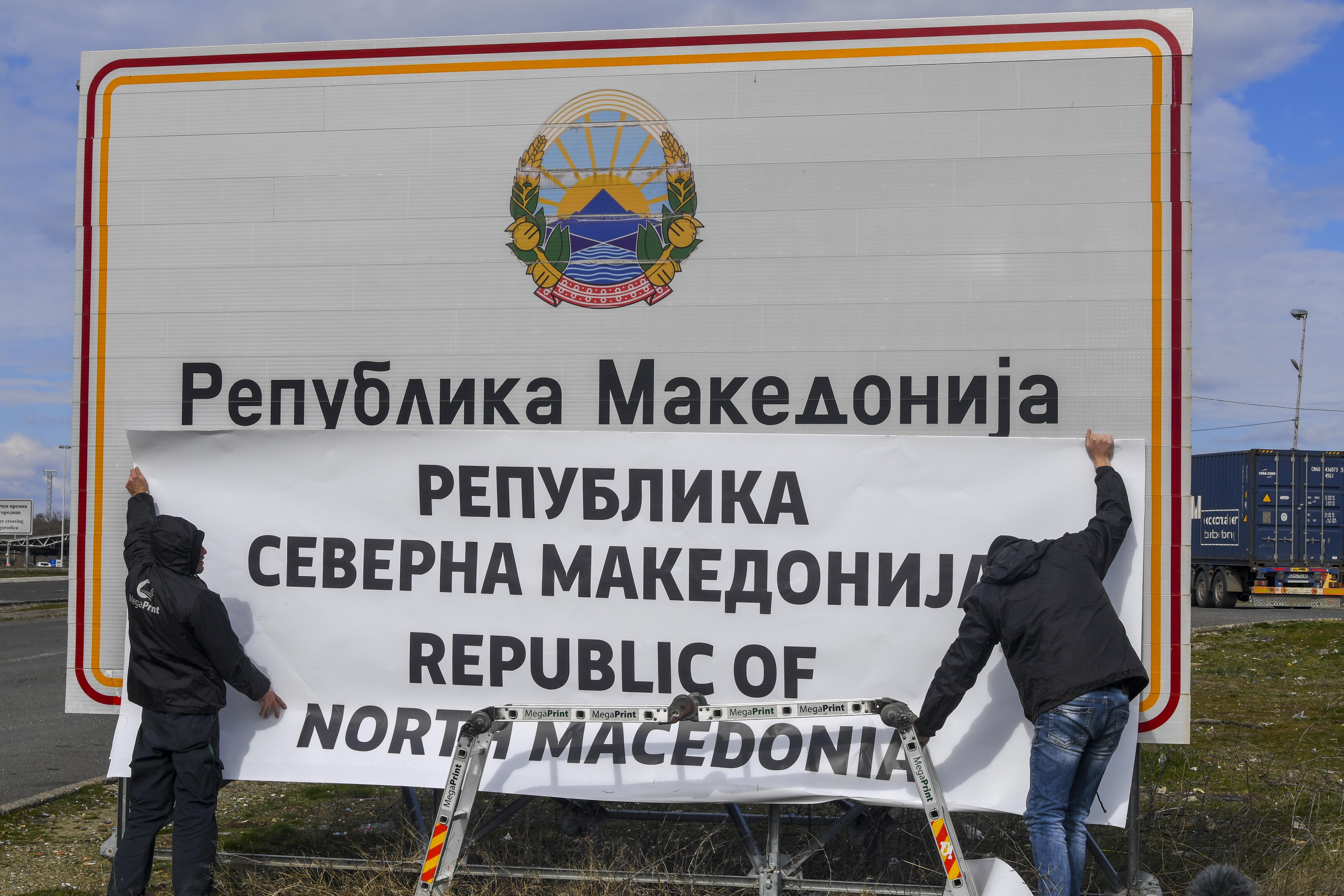 Работниците фиксират новото име на Република Северна Македония на граничния пункт Богородица между Македония и Гърция