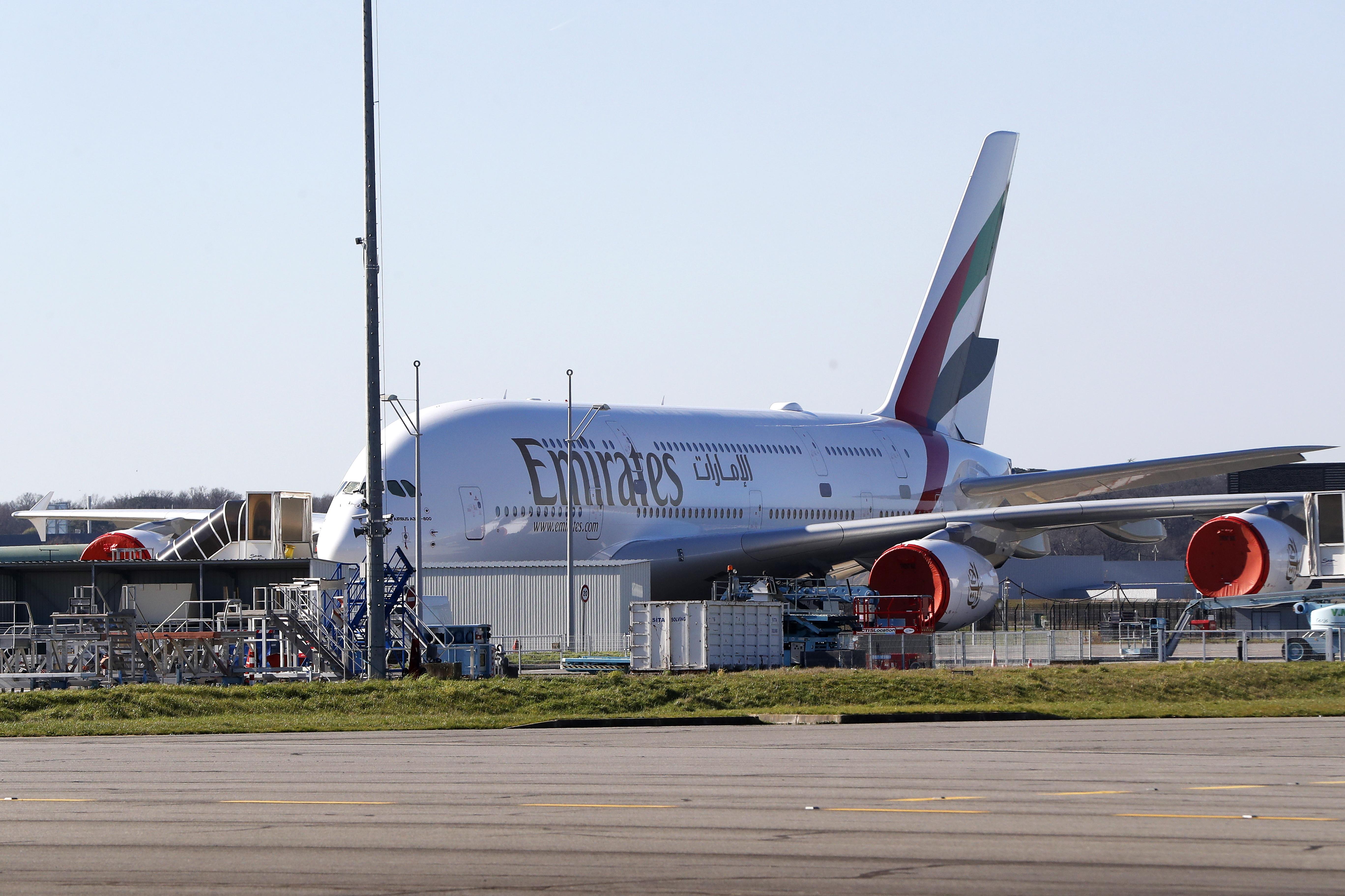 Еърбъс 380 е самолет с 4 двигателя и два етажа пътнически салони.