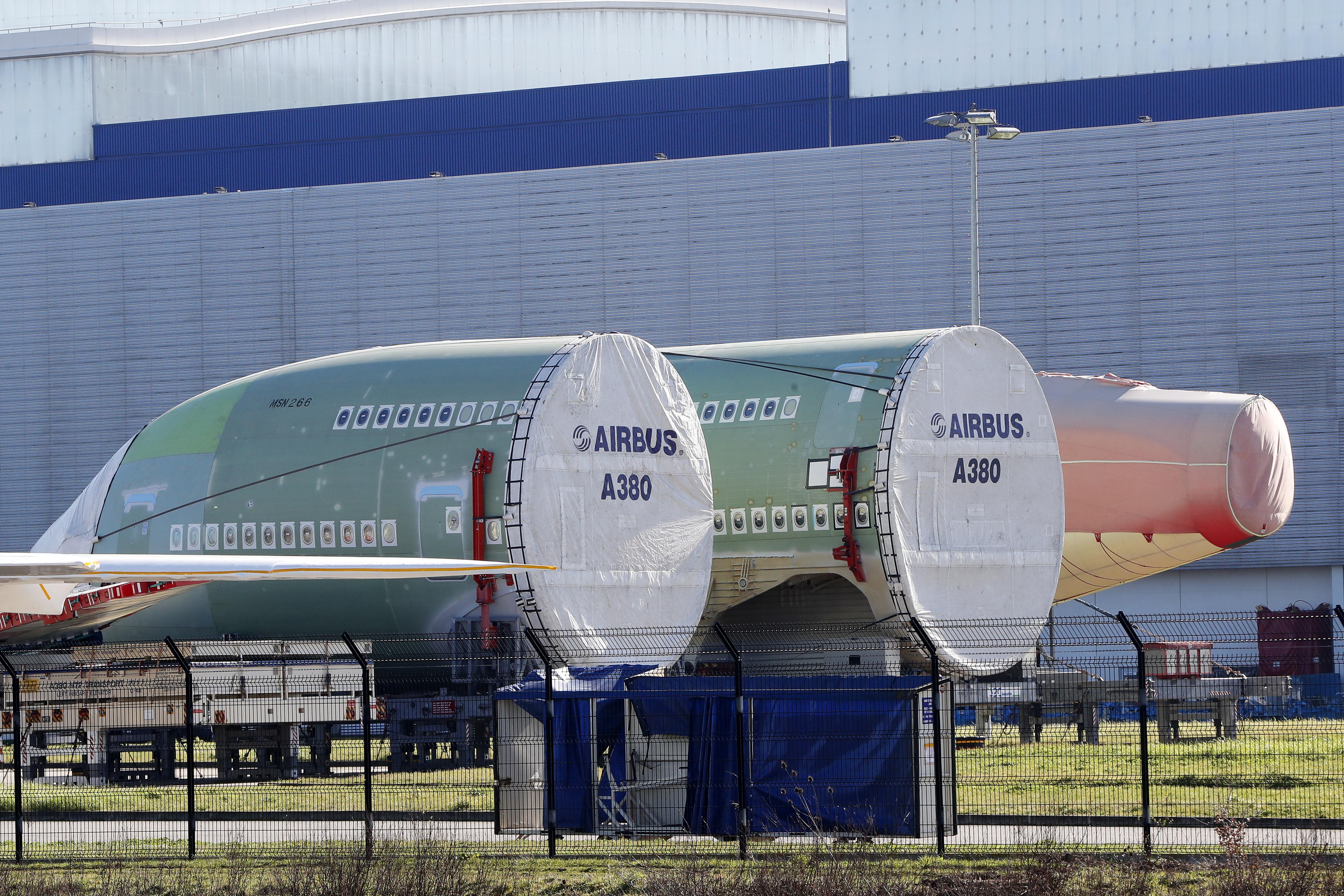 Авиационната компания Еърбъс обяви, че спира производството на най-големия пътнически самолет в света. Доставката на модела А380 ще бъдат преустановена окончателно след 2 години.