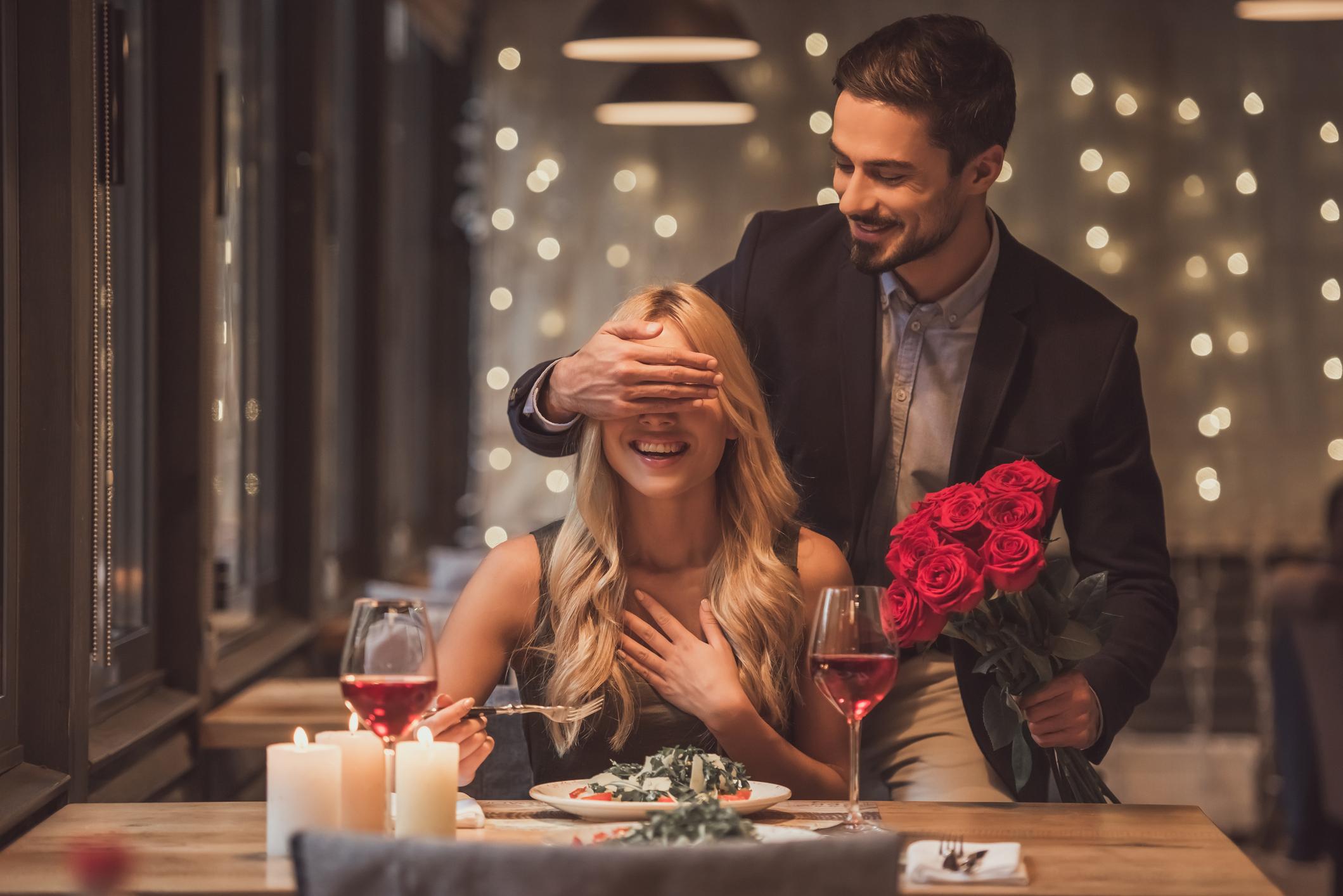 Да забравят малките неща<br /> Съвместният живот често превръща присъствието на другия в даденост и дори навик. Флиртуването и комплиментите намаляват, а с това връзката в един момент може да ви се стори скучна. За да избегнете това, продължете с ходенето на срещи, комплиментите и малките подаръци.