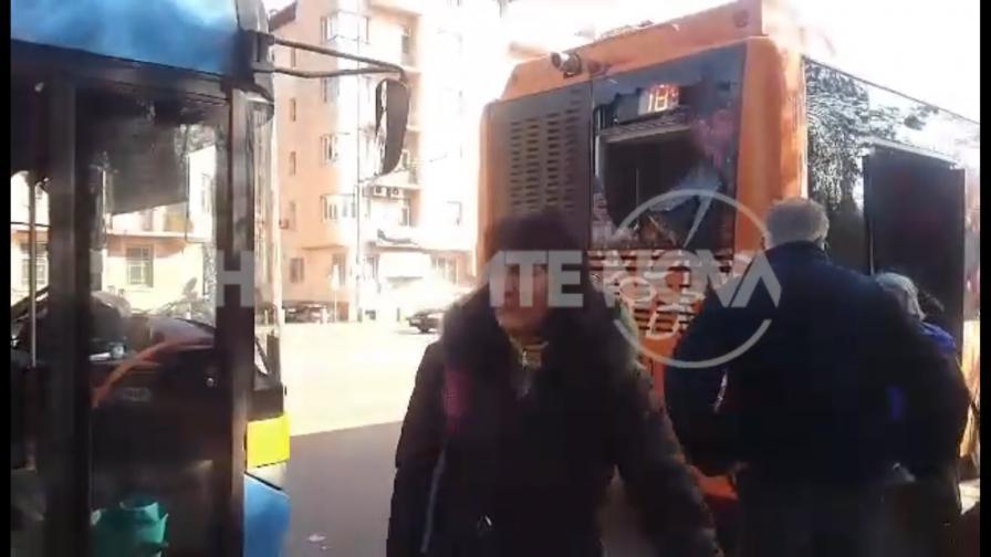 <p>Автобус и тролей се блъснаха&nbsp;на Орлов мост в София</p>