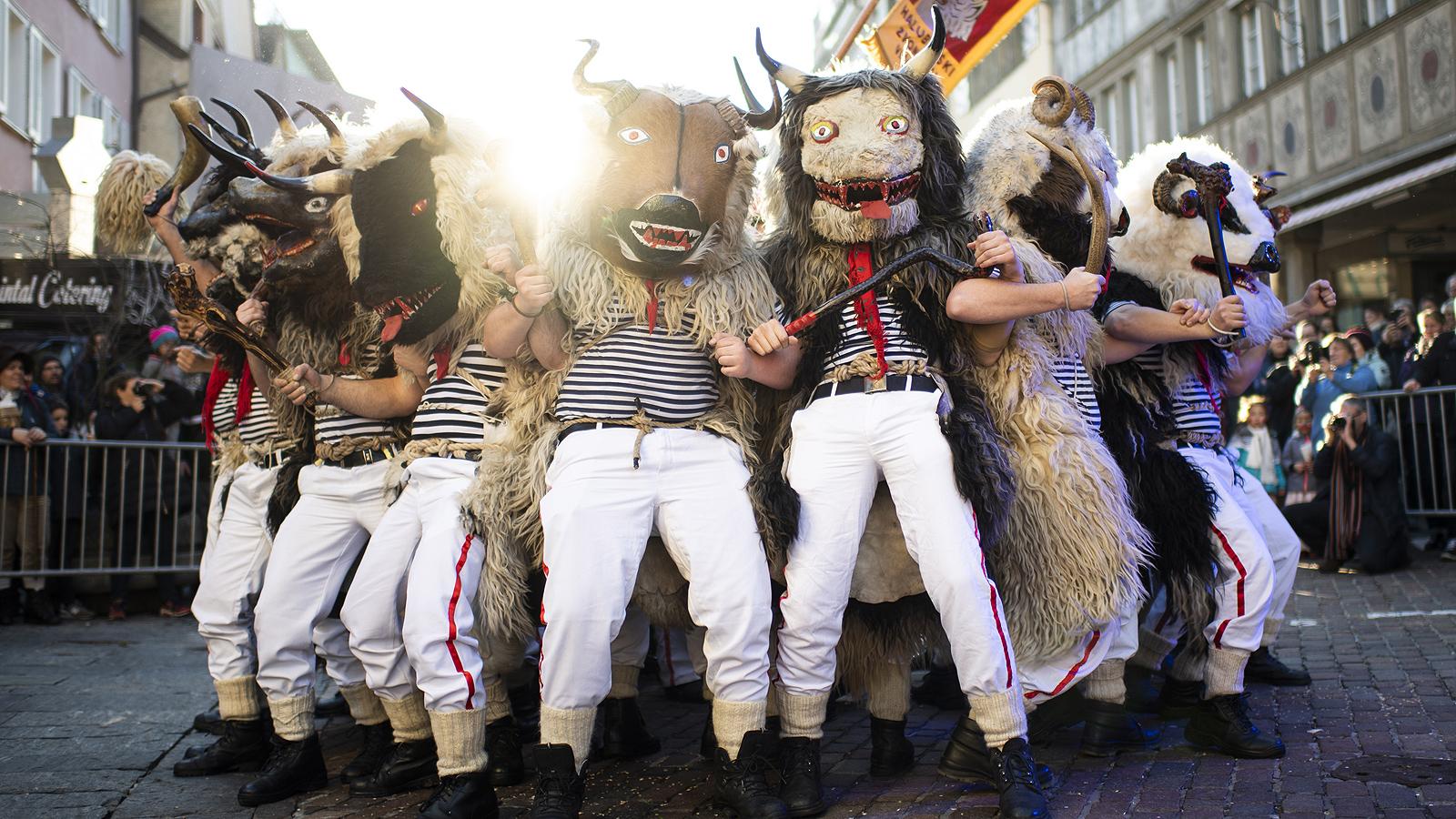 """Среща в Алтщетен, Швейцария по повод 100-годишния юбилей на местната карнавална група """"Roellelibutzen Verein"""", събра около 2000 участници от карнавални групи от цяла Европа."""