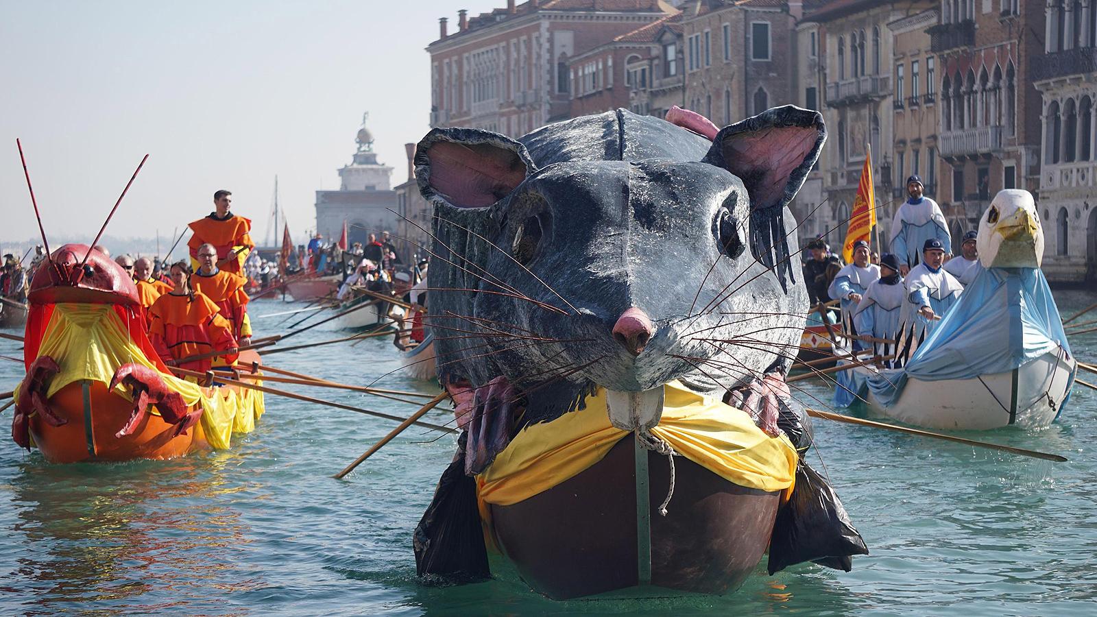 Венеция откри своя ежегоден карнавал с флотилия плаващи платформи, която се спусна по канала Канареджо, един от най-известните в града. Празникът, който събира тълпи маскирани гости и туристи, ще продължи две седмици