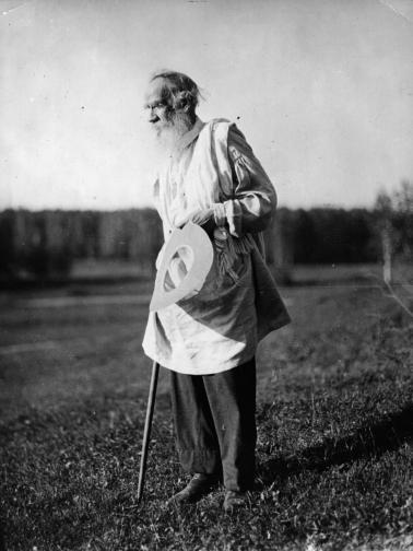 Лев Толстой<br /> <br /> Гигантът на руската литература Лев Толстой не само е писал исторически акуратни книги, но и самият той се превърнал в исторически важна личност още приживе. Въпреки че произхожда от най-високите кръгове на обществото, Толстой започва да поставя под въпрос морала на това общество и започва да следва свой собствен път. Той става вегетарианец, започва да живее по-енергично и осъжда изгледа на богат човек. Започва да носи селски дрехи и обувки, които, въпреки че няма опит, си прави сам.