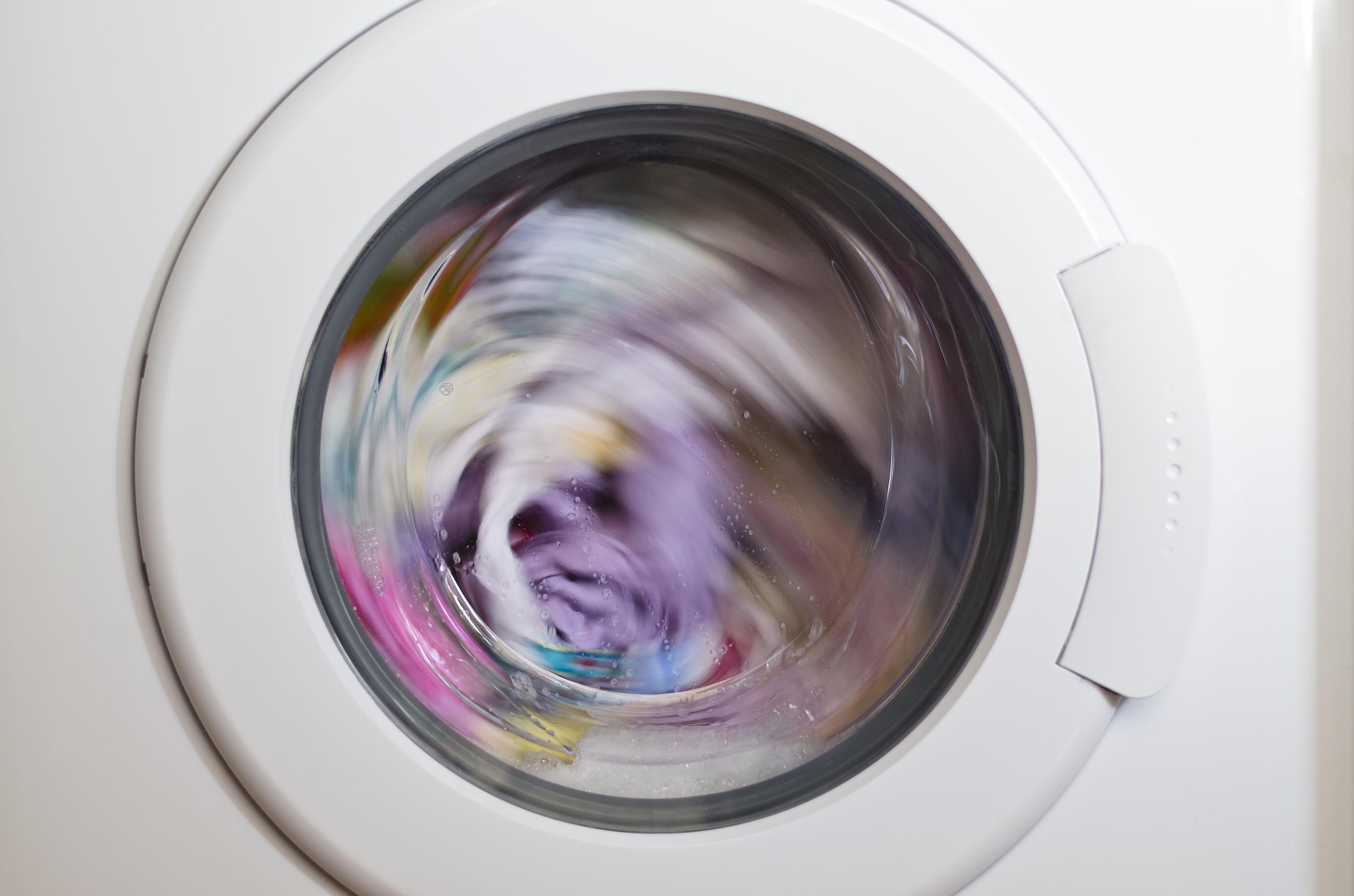 """Дрехи с мазни петна в прането<br /> Ако накапете любимата си черна блуза със зехтин или олио, не я хвърляйте заедно с другото пране, за да се """"самоизпере"""" само защото е черна. Погрижете се първо за петното и тогава добавете дрехата към останалото пране."""
