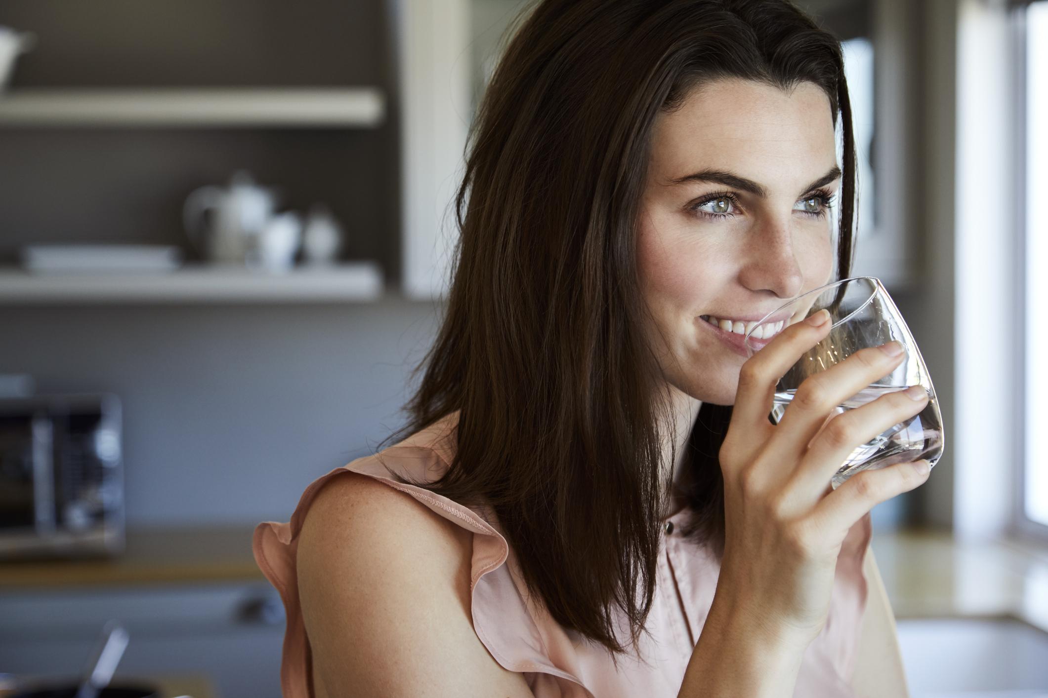 Използвайте сламка: Използването на сламка помага да пиете вода с още по-бързи темпове. Преди да сте се усетили, вие вече ще сте изпили чашата си с вода.