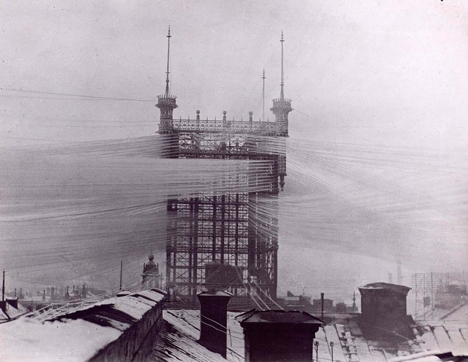 Поради техническите ограничения на времето в първите години след изобретяването на телефона, за всеки телефон е била нужна отделна физическа линия – кабел, който да свързва различните домове или офиси, а обажданията са предавани ръчно от оператор.
