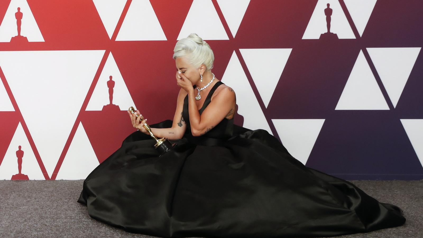 """Напълно очаквано Лейди Гага взе наградата най-оригинална песен за """"Роди се звезда""""."""