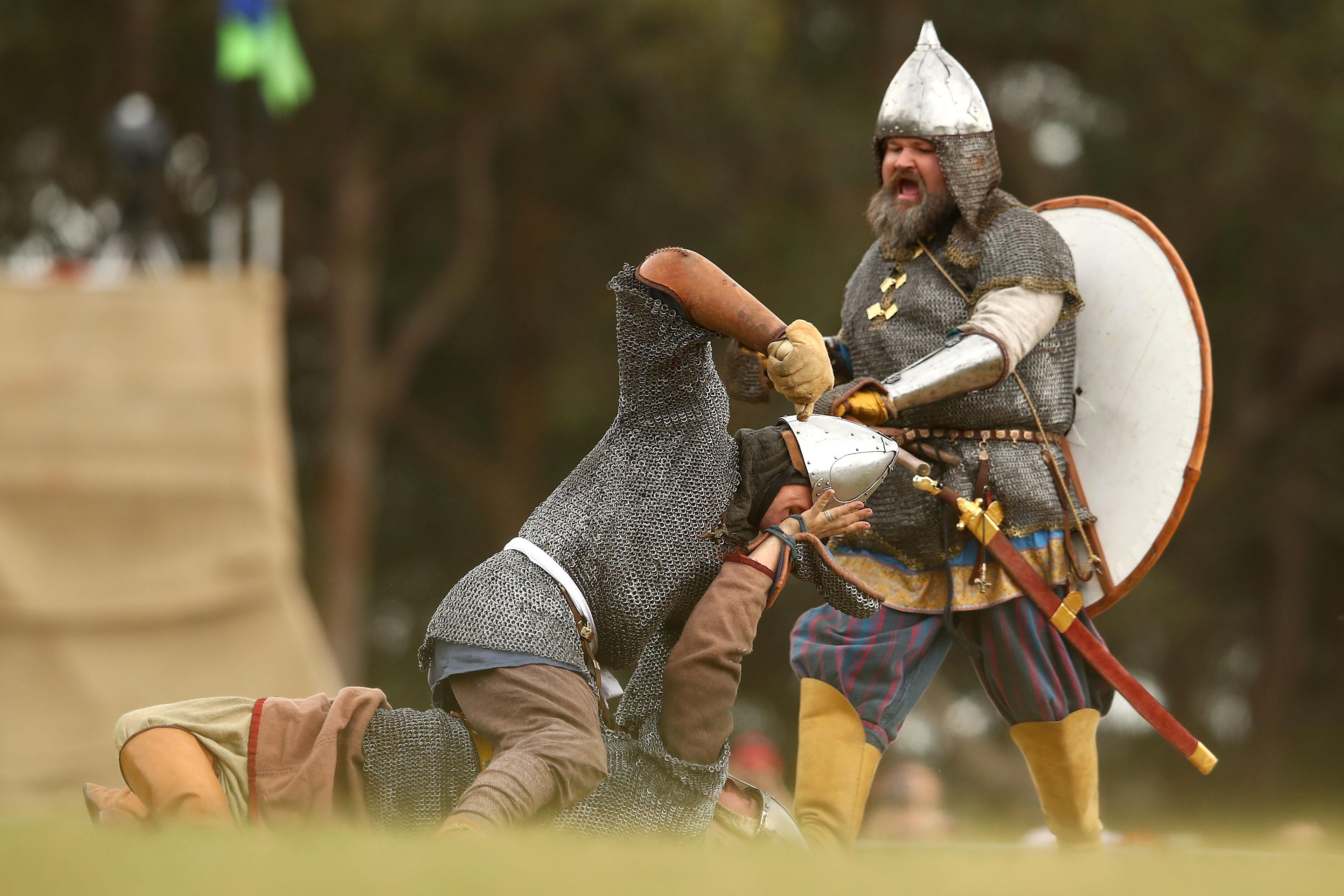 За много любители на контактните спортове да наблюдават как двама мъже се бият, докато един не победи, е наслада, а възможността да наблюдават двама мъже, които се бият по почти същите правила, но с мечове и доспехи, се превръща в изключителна наслада. С едно доста важно правило – наръгването с мечове е незаконно.