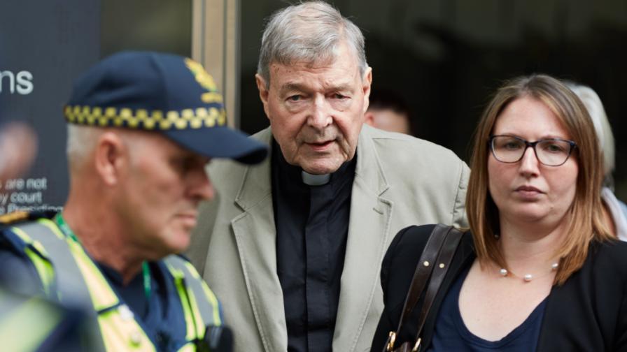 Кардинал Джордж Пел на излизане от съда