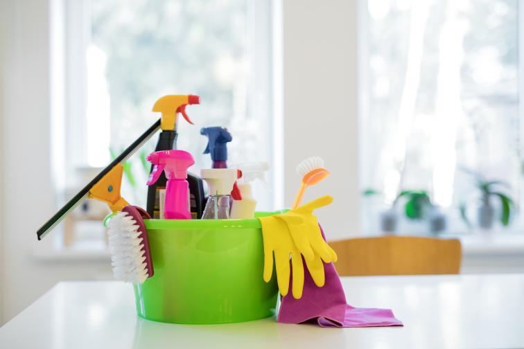 Всъщност това е втората стъпка. Всяка вечер, след като сте приключили с готвенето и вечерята, задължително измийте мръсните чинии, а след това изчистете до блясък мивката си. Така ще избегнете хаоса в кухнята.