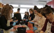 Доброволци в социалната кухня