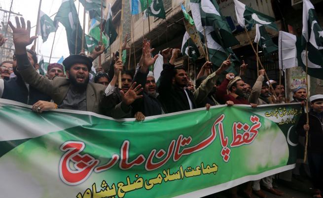 Обстрел и сражения в Кашмир в петък
