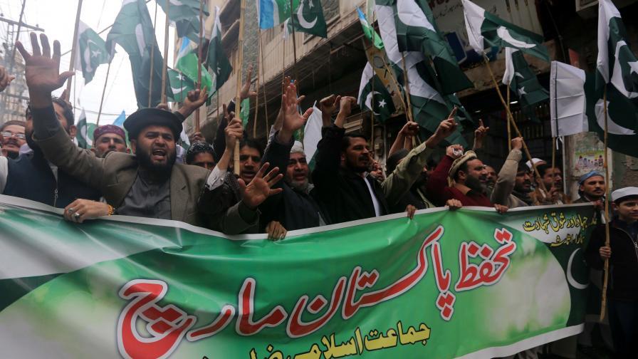 <p>Обстрел и сражения в Кашмир в петък</p>