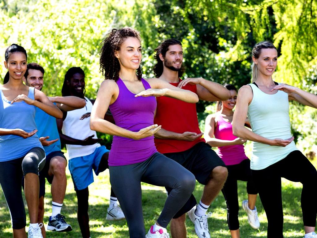 """Тай Чи<br /> Това китайско бойно изкуство включва бавни, равномерни движения, затова си спечелва и името """"медитация в движение"""". Преминаването от една в друга позиция изисква внимание и фокус. И тъй като всеки може да практикува Тай Чи със своята собствена бързина, този вид тренировка също е подходяща за хора в различна физическа форма. Тай Чи се препоръчва и за по-възрастните, защото учи на баланс, а той е един от основните компоненти на фитнеса. Колкото по-възрастни ставаме, толкова повече губим чувството си за баланс."""