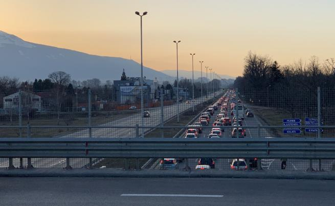 Засилен трафик и задръствания в последния почивен ден