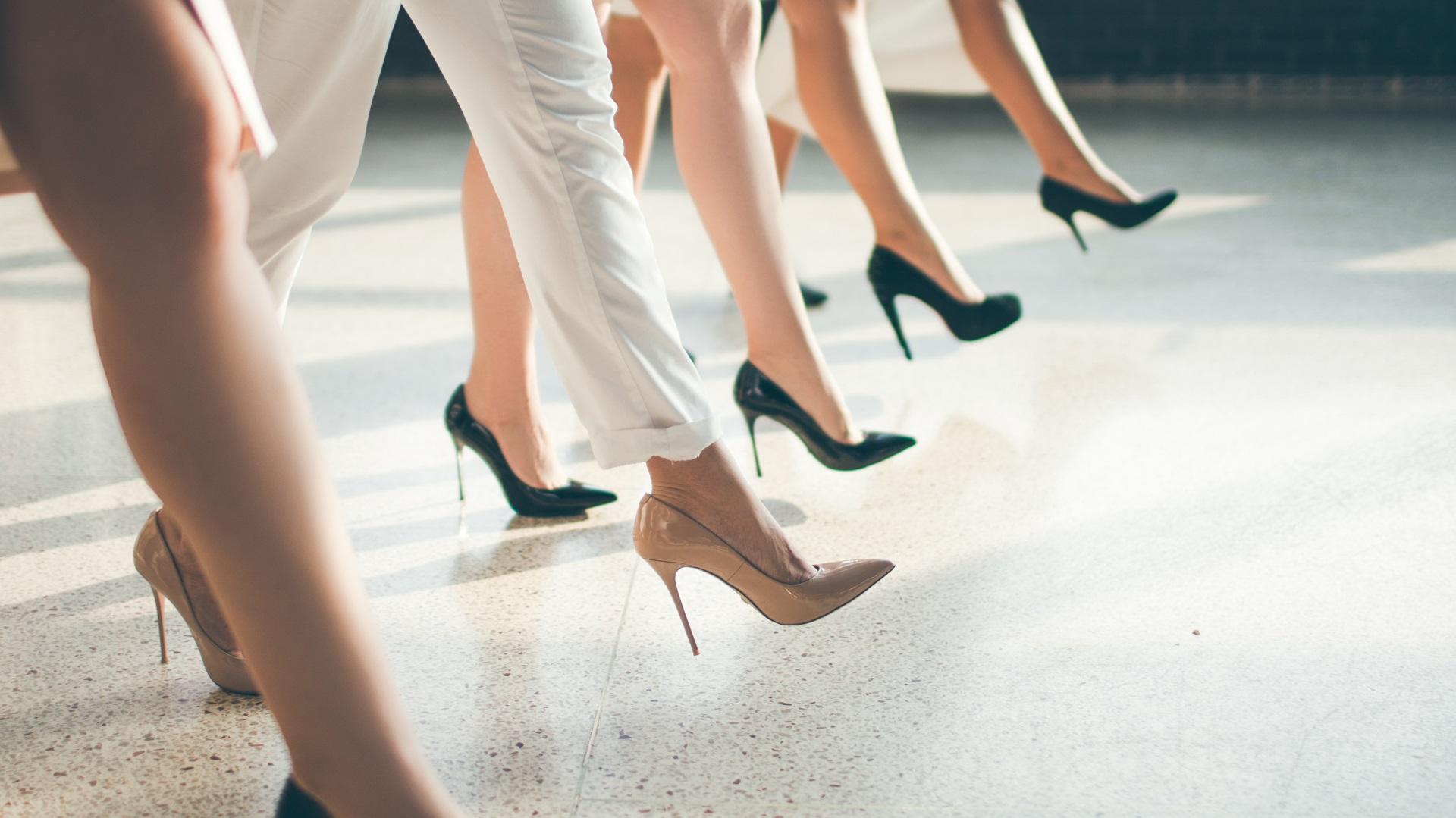 Жените за първи път започват да носят обувки на високи токчета по примера мъжете, които през XVII в. се обуват по този начин, смятайки, че това е признак за висок статут и мъжественост. Порнографията през XIX в. отново връща на мода сред жените обувките на висок ток.
