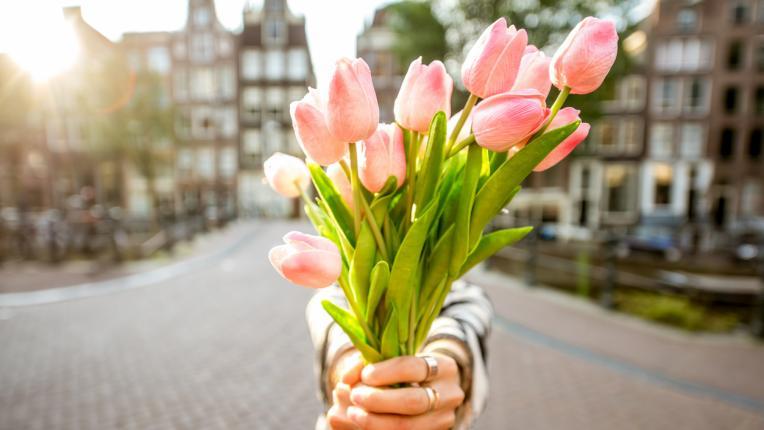 жена цветя пролет