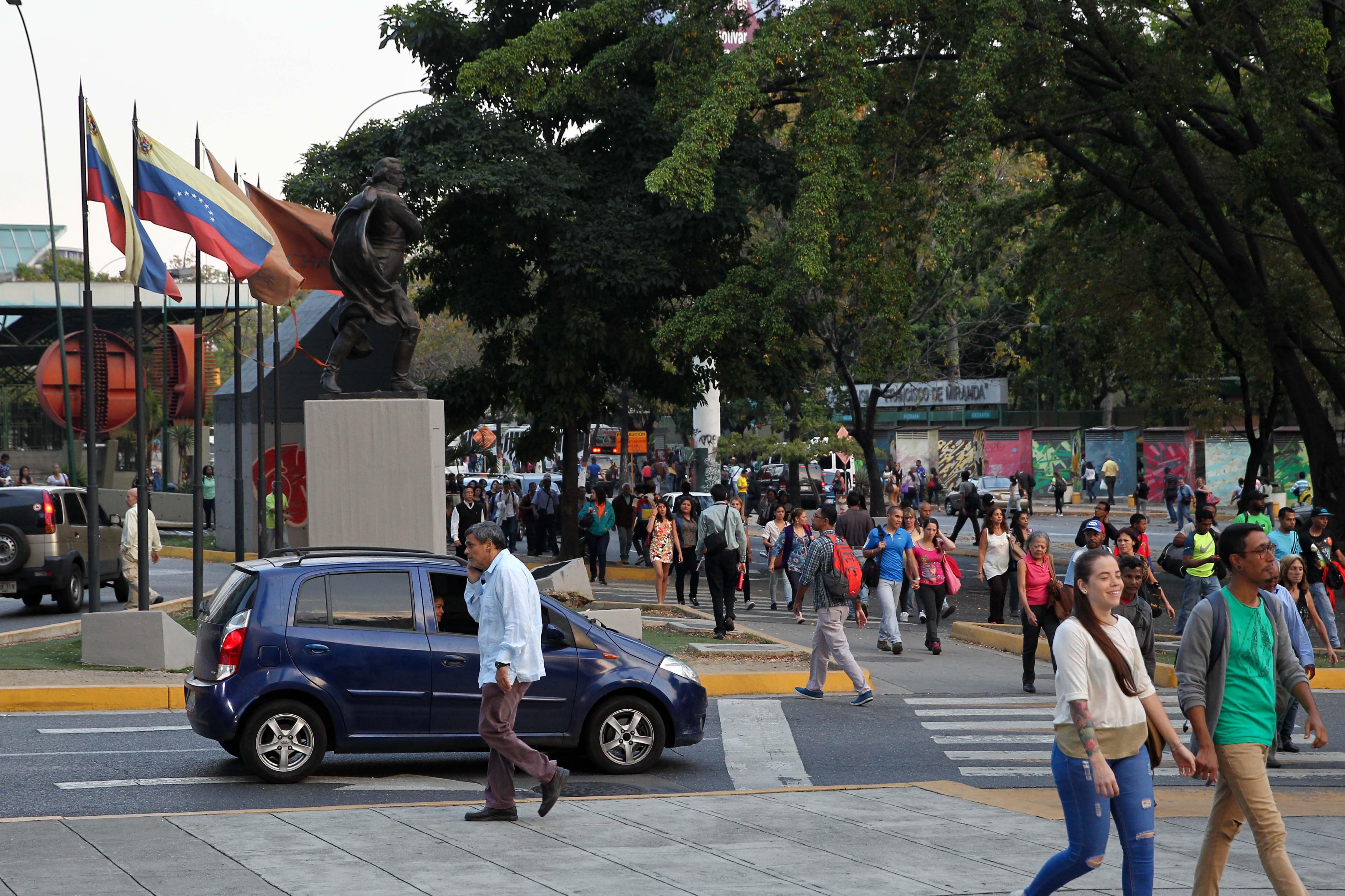 """Социалистическото правителство на Венецуела обвини САЩ за аварията и заяви, че Вашингтон е повел """"електрическа война"""" срещу Каракас. Опозиционният лидер Хуан Гуайдо нападна Мадуро в Туитър."""