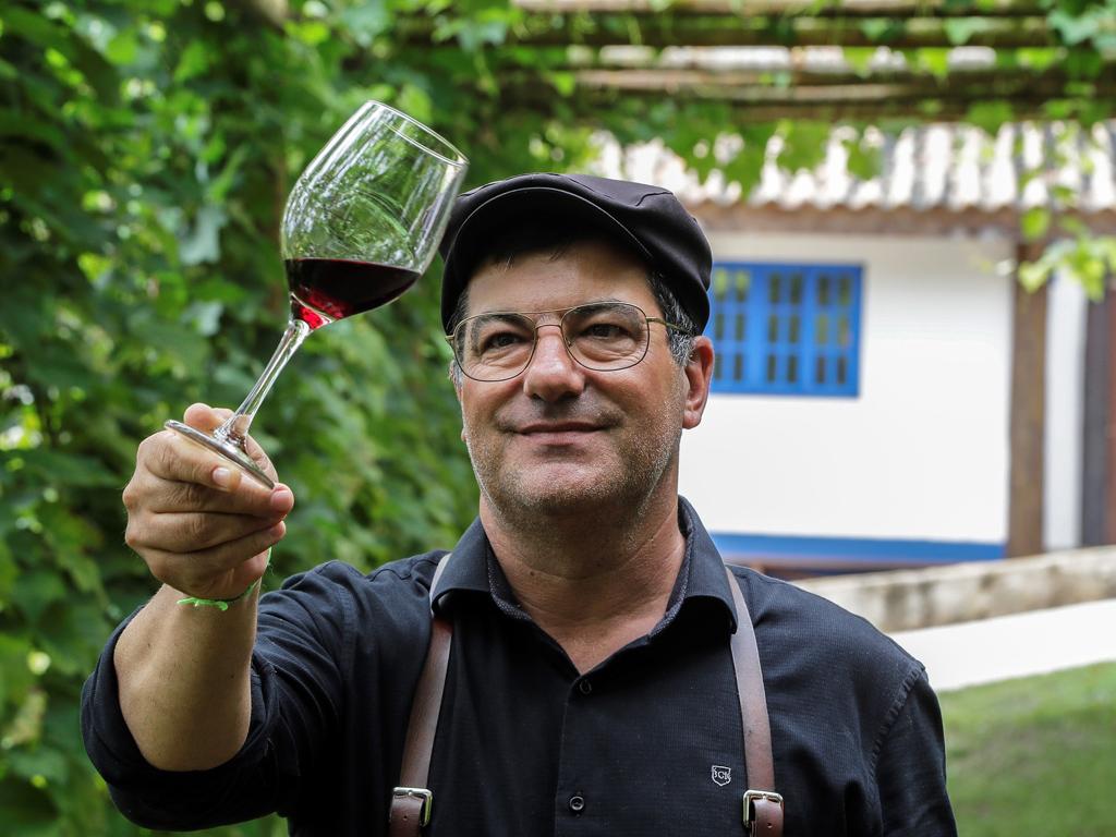 """Това е историята, която вдъхнови 49-годишия Саки, решил да инвестира в културата на виното в района на Сао Роке, на 64 километра от Сао Пауло, след като е съкратен от работа. """"Не исках да правя нищо, за да се конкурирам с големите винарни. Просто търсех малка продукция, където мога да се грижа за гроздето си, да гo превърна във вино """"Виното на мъртвите"""" е това, което ободрява живите, казва Саки."""