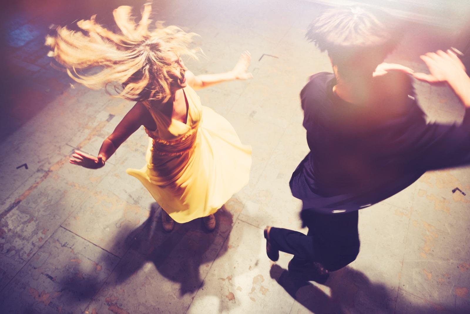 <p>Посетете заедно клас за танци. Ако ти и партньорът ти не се страхувате да експериментирате и да бъдете креативни, опитай се да организираш танцов клас за рождения му ден. И двамата можете да научите някои нови движения, да станете интимни по нов и вълнуващ начин и евентуално да излезете от зоната си на комфорт.</p>