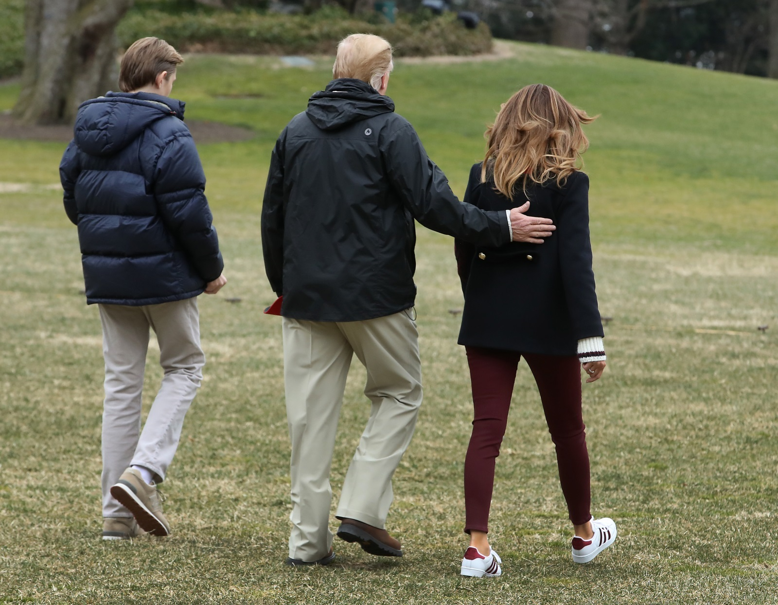Американският президент и първата дама посетиха щата Алабама след опустошителното торнадо, което взе над 20 жертви. Снимки от визитата им обаче породиха коментари в медиите и в социалните мрежи, че не Мелания, а нейна двойничка е придружила Тръмп. Държавният глава нарече твърденията фалшива новина.