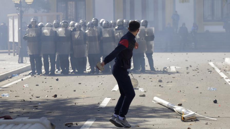 Протестиращи щурмуваха парламента в Албания