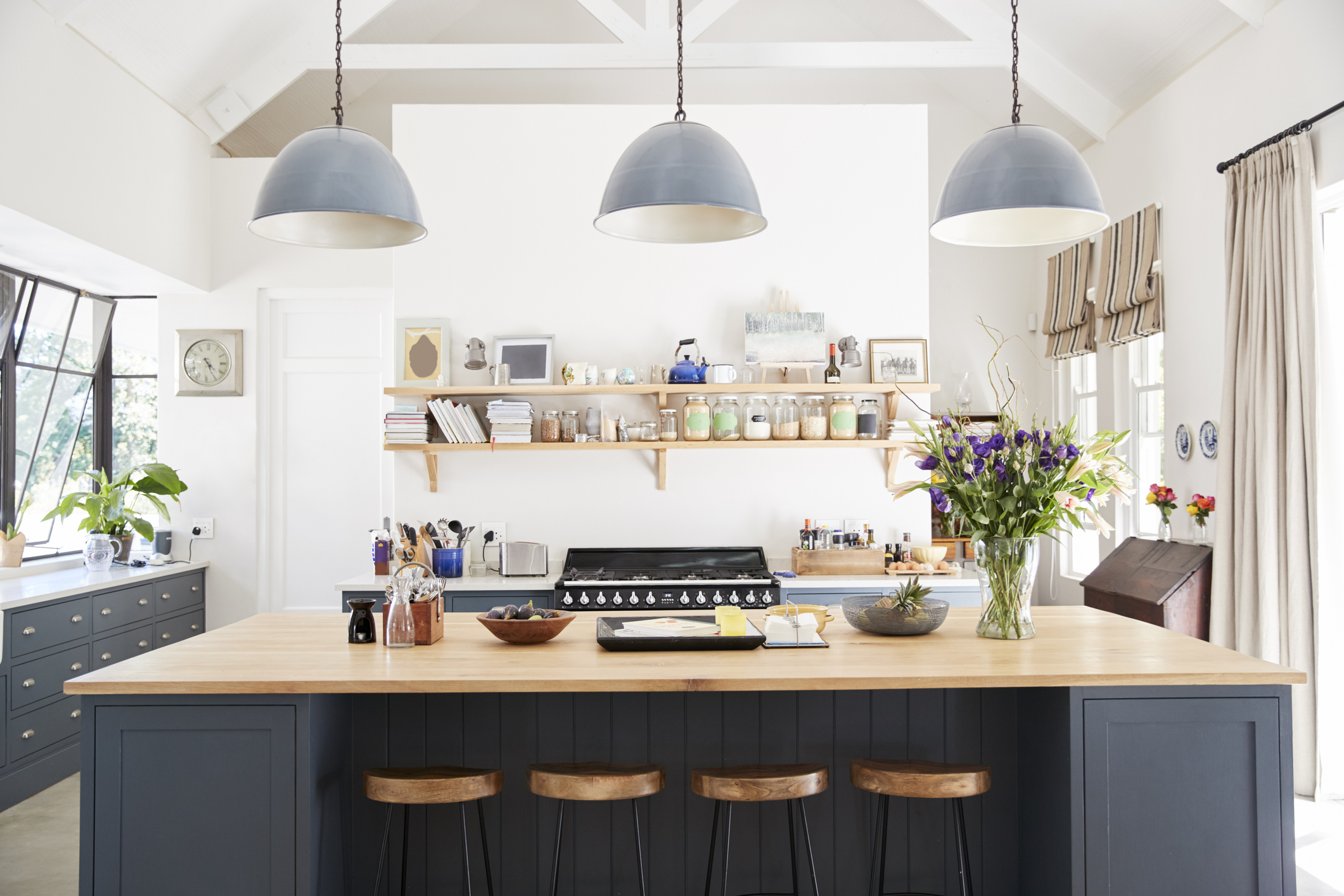 """Макар повечето модерни кухни да представляват бокс в хола, хората гледат на тях като на отделна стая"""", разказва Фолкер Ирле от асоциацията """"Модерна кухня"""". Г-образни кухни, кухня с остров за готвене, широки или тесни плотове: изборът е голям. А мястото за хранене? """"Понякога хората се спират на висока маса и бар столове – идеални за закуска в дните, когато бързаме за офиса"""", споделя Ирле."""